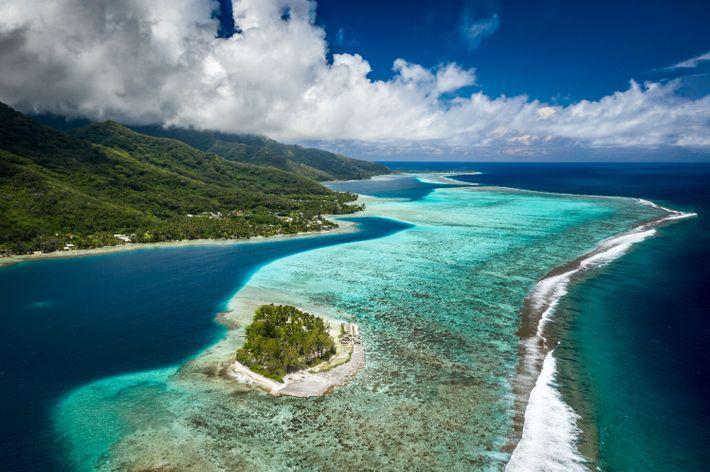 Vues aériennes de Moorea et les lagons et montagnes de Motu Ahi.
