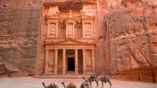 Des chameaux se tiennent devant la porte du Trésor à Pétra, en Jordanie. Ils permettent de ...