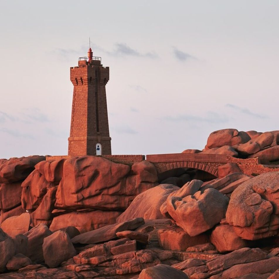 Bretagne : le phare de Mean Ruz, joyau de la côte de granit rose