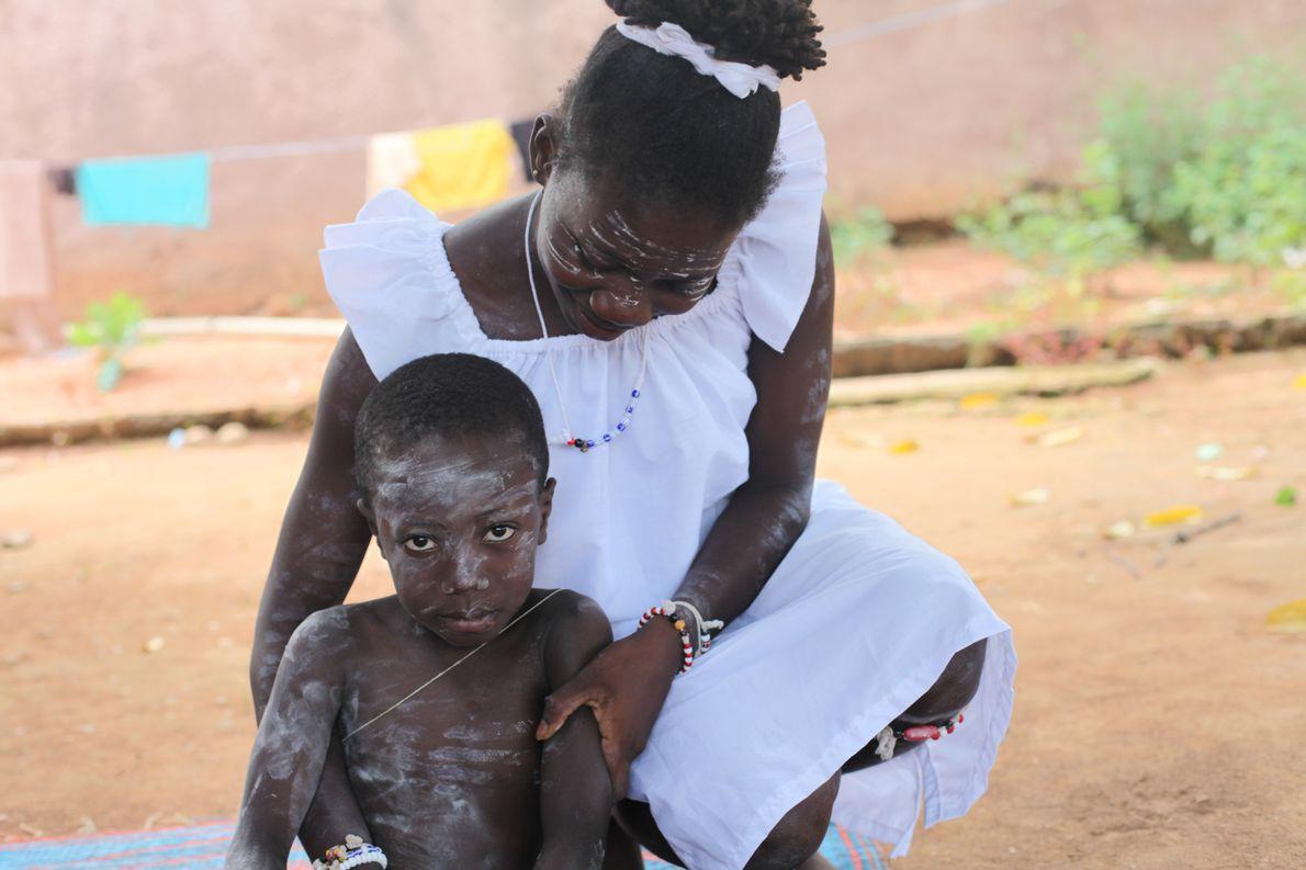 Apres avoir retrouvé ses esprits, le petit Arsène est tenu par Amani Aya Christine.