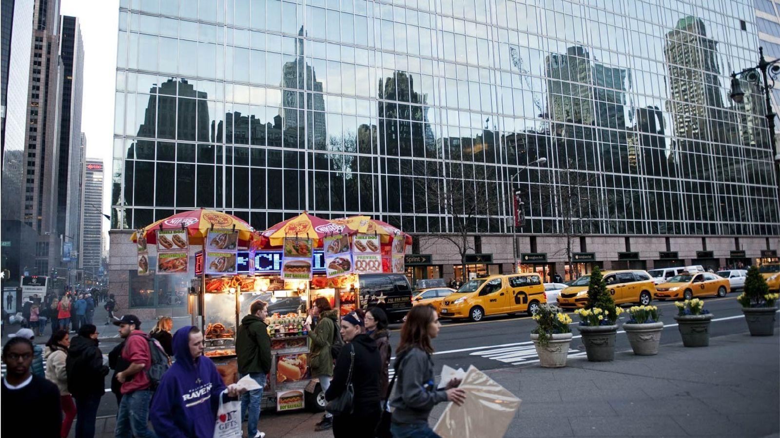 """Le plus célèbre représentant de la """"skyline"""", l'Empire State Building (à gauche) se reflète dans le ..."""