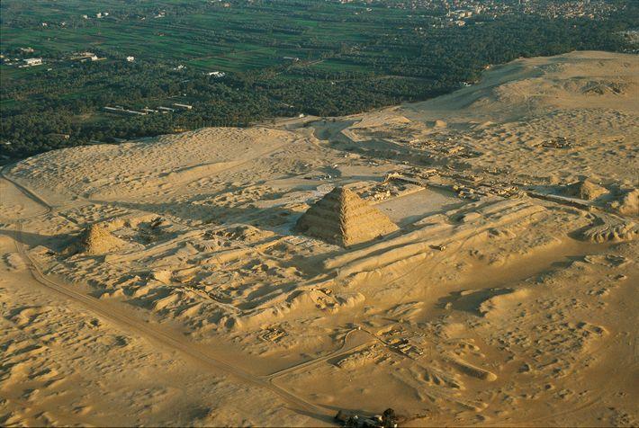 Le complexe funéraire de Djéser, édifié sous le règne du roi Djéser, se situe à Saqqarah, ...
