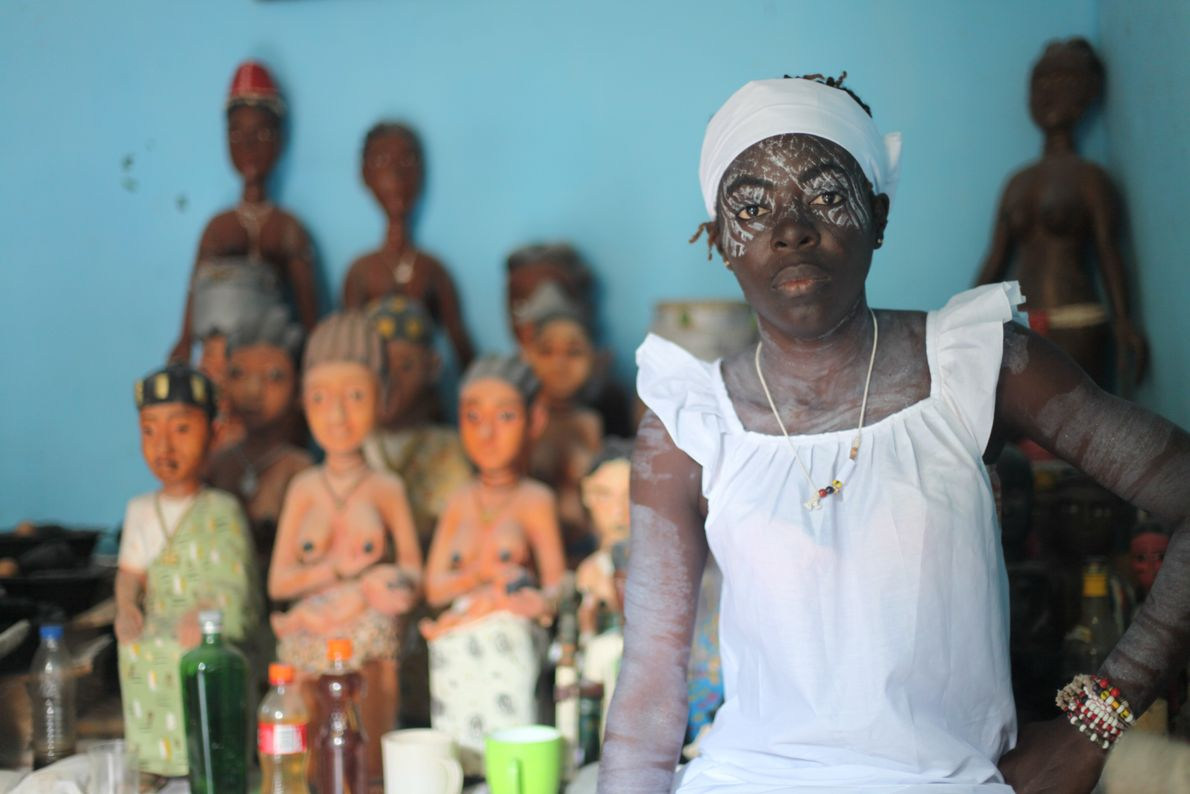 Léonie Kouamé pose devant l'autel dédié aux génies.