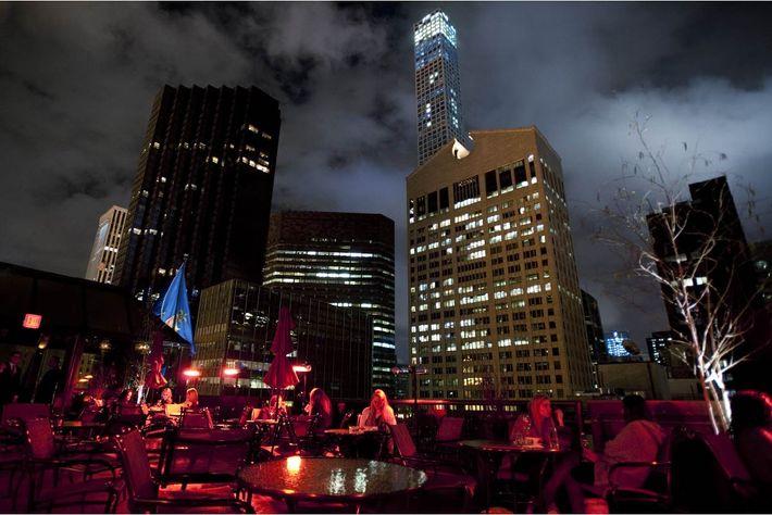 Du rooftop du Peninsula Hotel, on voit trente ans d'architecture se côtoyer sur quelques blocs : ...