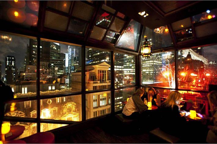 Le salon de Ning, le bar branché de l'hôtel, situé au dernier étage, offre une vue ...