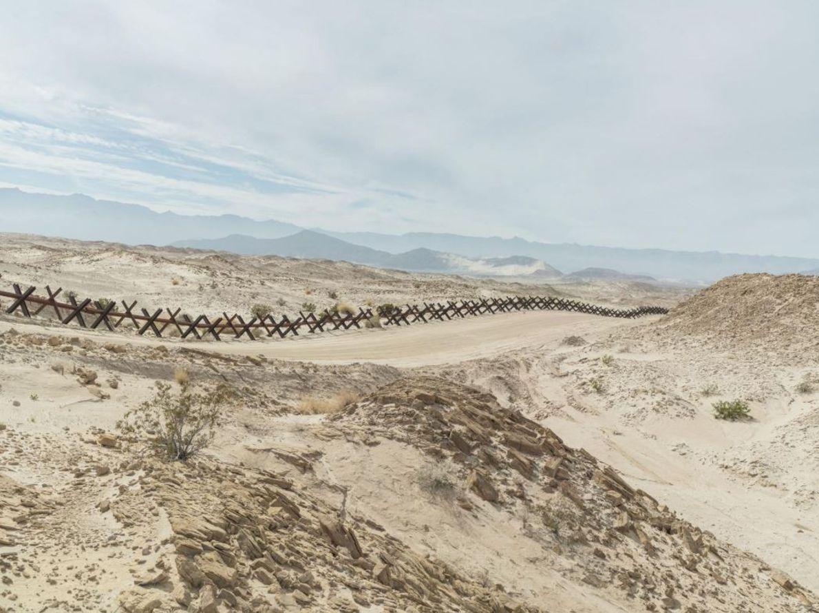 Dans des régions reculées (ici, en Californie), des traverses de chemin de fer sont censées empêcher ...