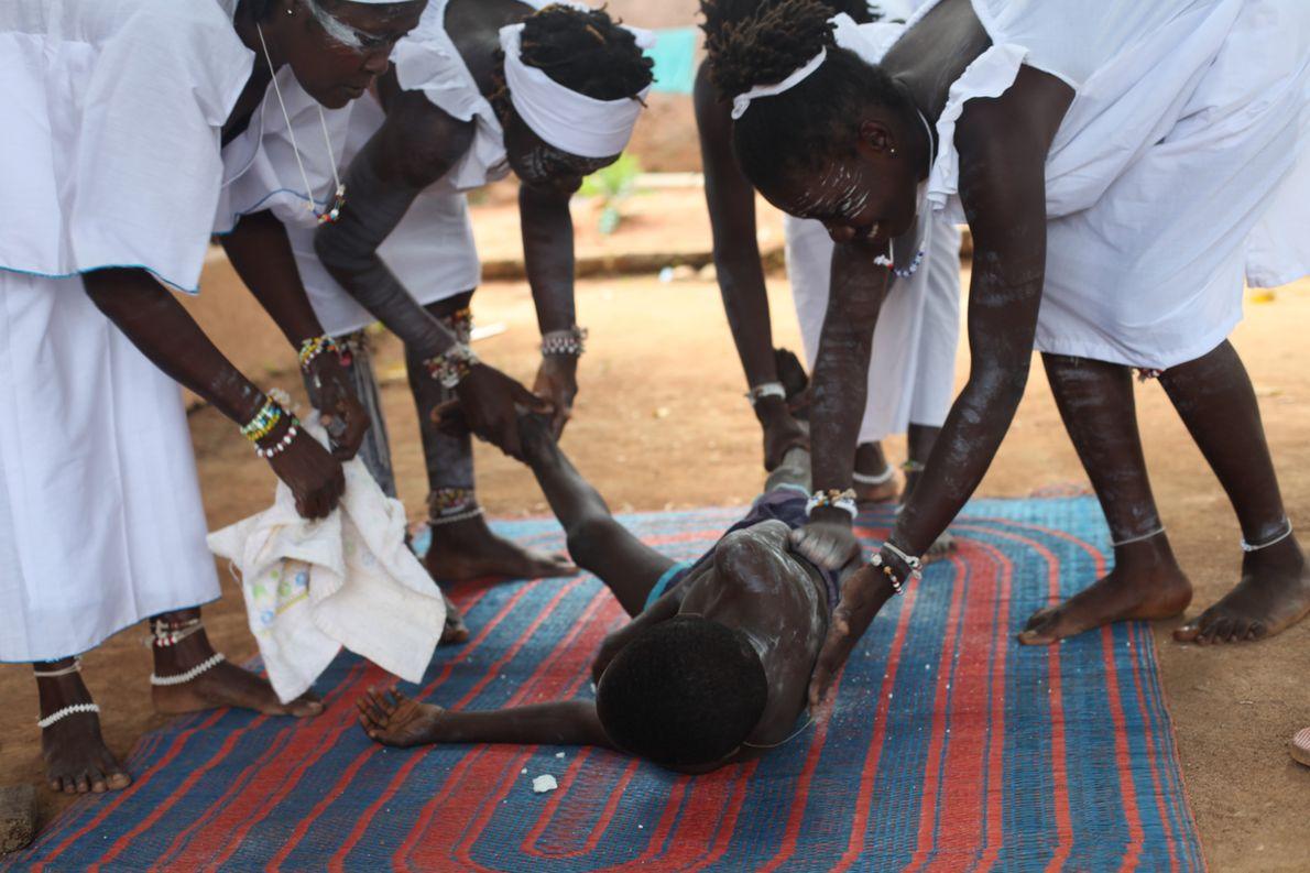 Les élèves féticheuses prodiguent des soins à cet enfant victime d'une crise aigüe d'asthme.