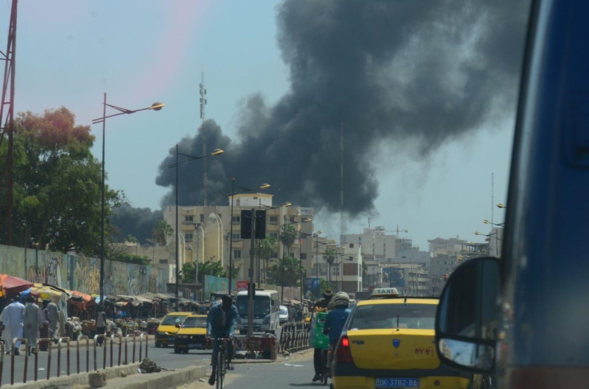 Une colonne de fumée envahit l'avenue Blaise-Diagne, l'une des principales artères de la ville de Dakar. ...