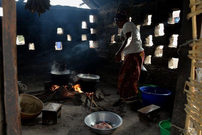 Les traditionnels modes de cuisson des repas - avec l'usage du bois combustible notamment – sont ...