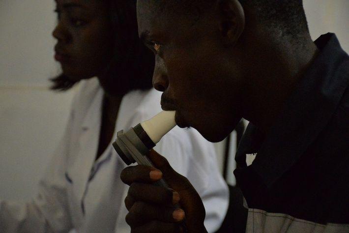 Deux sapeurs-pompiers sénégalais se font soigner au service de pneumologie du Centre hospitalier national universitaire (CHNU) ...