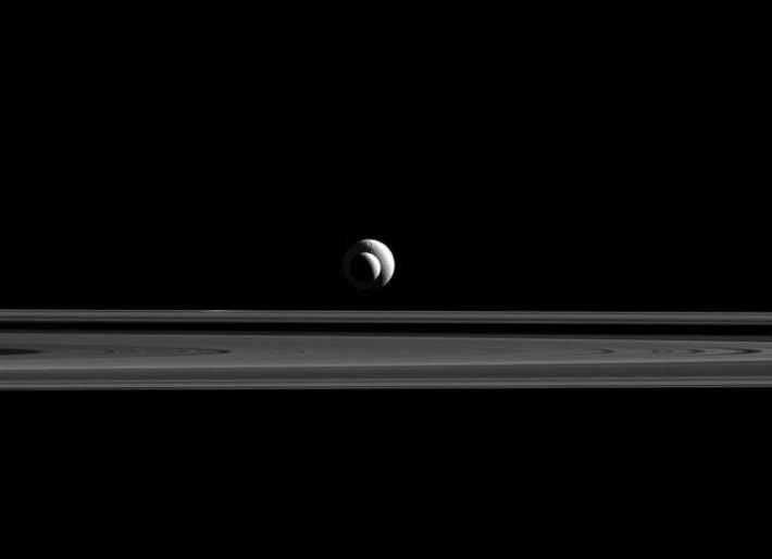 Téthys (au fond) et Encelade (devant) sont alignées devant l'objectif de Cassini.