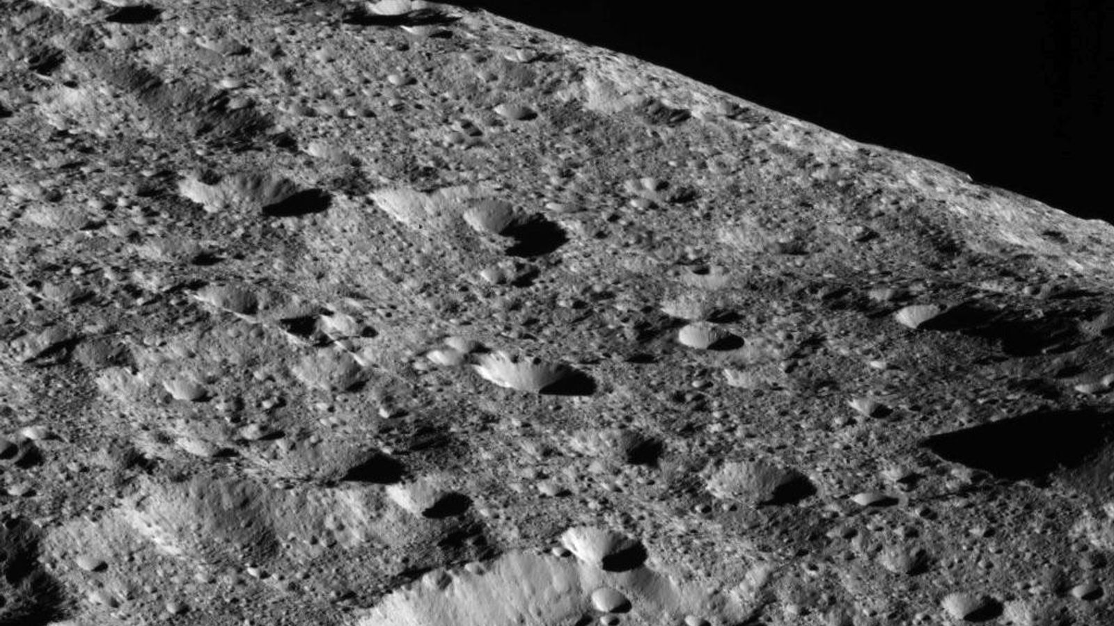 Dans sa phase finale, la sonde spatiale Dawn de la NASA a capturé cette image spectaculaire ...