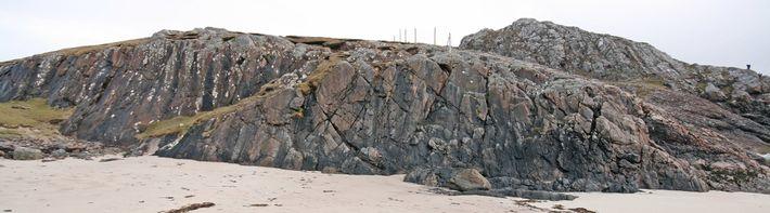 Le bloc rocheux, plus long qu'un gros-porteur, glisse vers le premier plan dans cette image prise ...