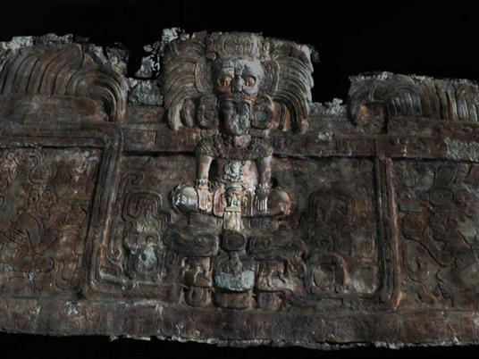 """Cette frise antique raconte l'histoire des mystérieux """"rois serpents"""""""