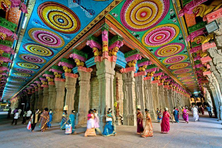 Des motifs minutieusement peints ornent les plafonds et les colonnes du temple.