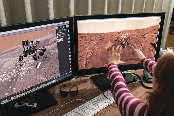 Angela Magee, de Malin Space Science Systems, travaille sur les instructions destinées à une caméra du ...