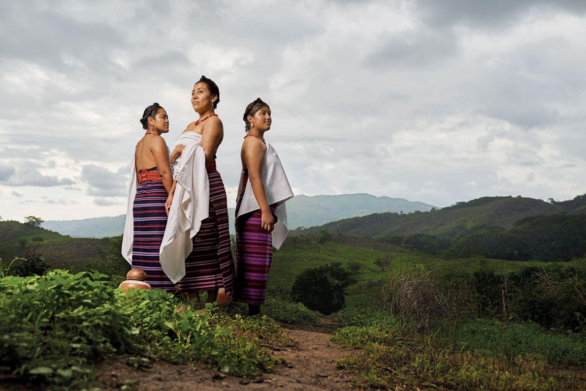 Ces femmes sont vêtues de robes « huipil » et de châles « pozahuanco » traditionnels.