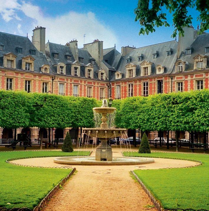 La place des Vosges, construite entre 1605 et 1612 à Paris, fut le théâtre du célèbre ...