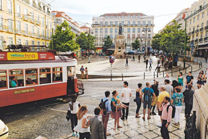 La place Luís de Camões, du nom du grand poète portugais, est l'une des plus belles ...
