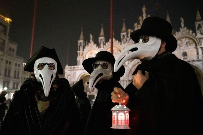 Les Vénitiens se déguisent en médecins de la peste lors du célèbre carnaval de la ville. ...