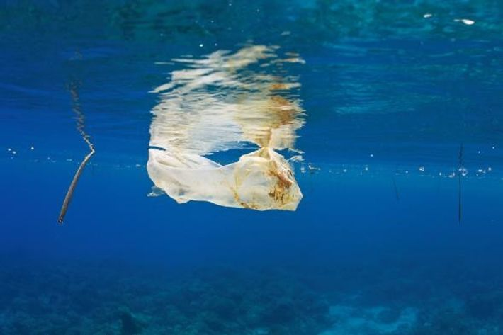 Un sac plastique flottant dans les eaux philippines.