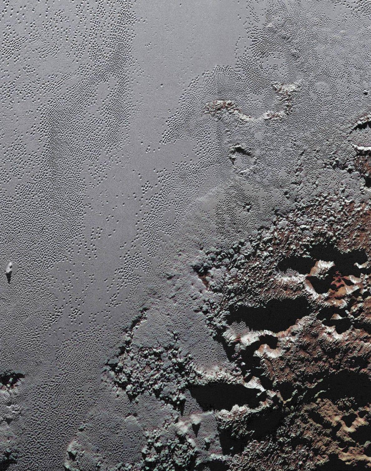 Prise par la sonde New Horizons de la NASA, cette image spectaculaire montre les régions montagneuses ...