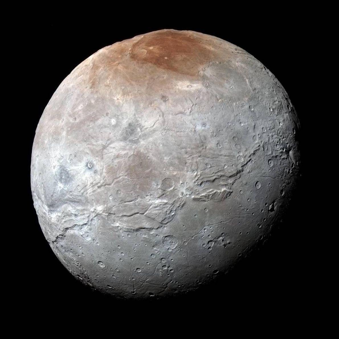 Cette image couleur haute résolution de Charon, la lune de Pluton, a été prise par la ...