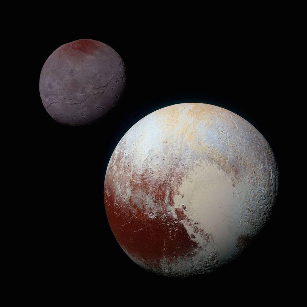 Cette photographie composite aux couleurs rehaussées de Pluton (en bas à droite) et de Charon (en ...
