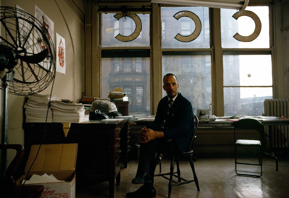 Le leader des droits civiques Albert A. Raby est assis pour un portrait dans les bureaux ...