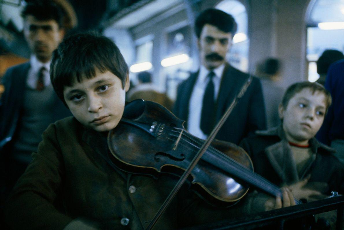 Sur cette photo du numéro d'octobre 1973, de jeunes garçons jouent du violon et du tambourin ...
