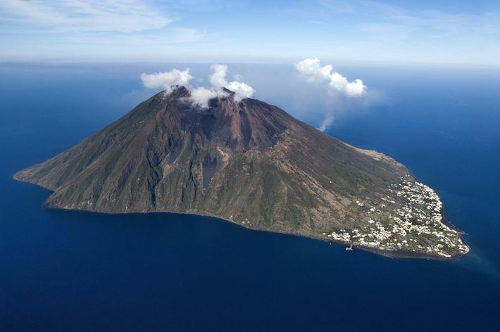 Quatre des sept îles éoliennes ont encore une activité volcanique, le Stromboli visible ici étant l'un des volcans ...