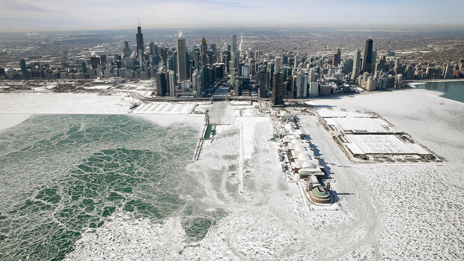 De la glace s'est formée sur les rives du lac Michigan alors que les températures ont chuté pour atteindre ...
