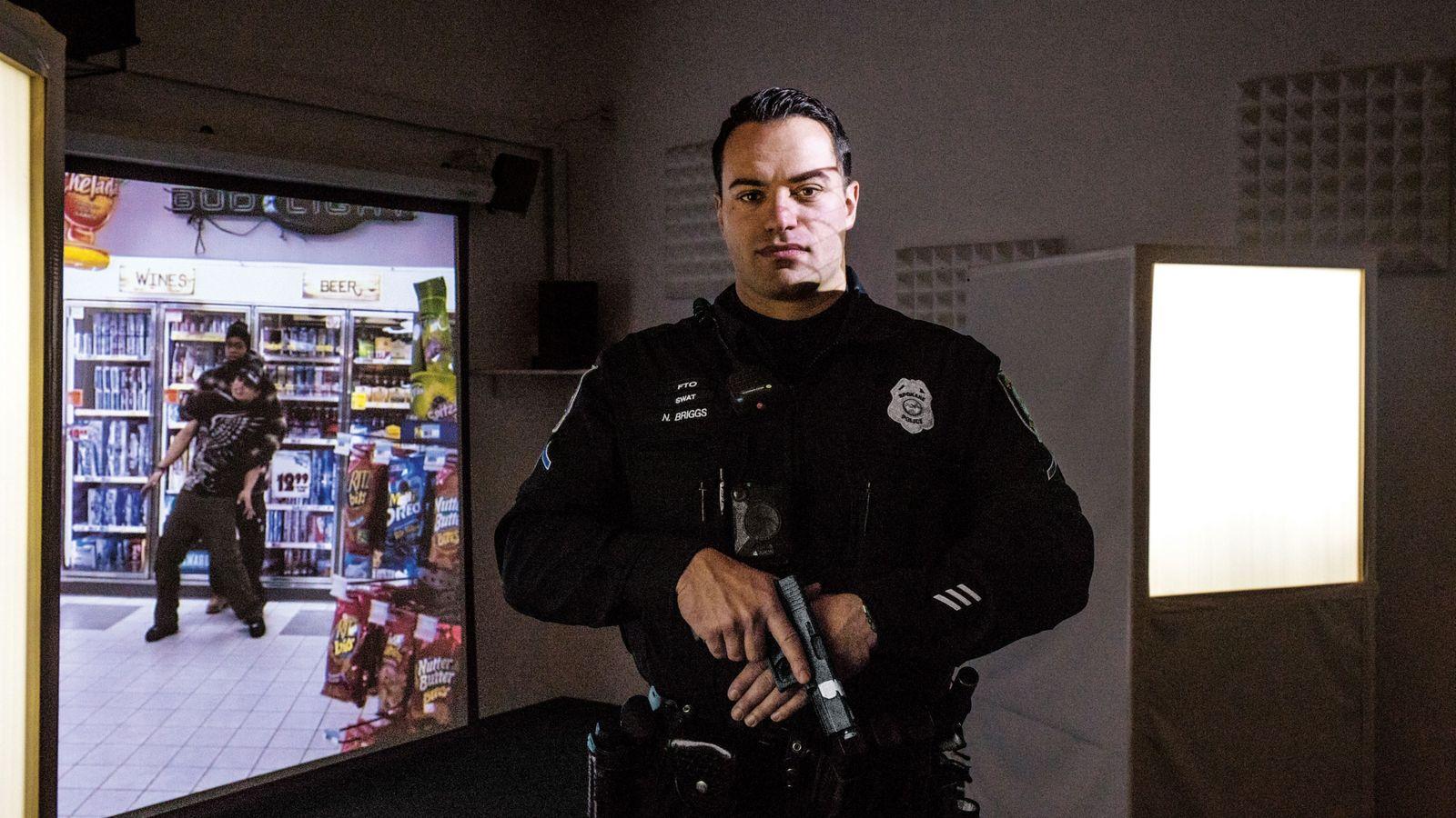 Nick Briggs, un policier américain, se forme sur un « simulateur d'entraînement à la lutte contre ...