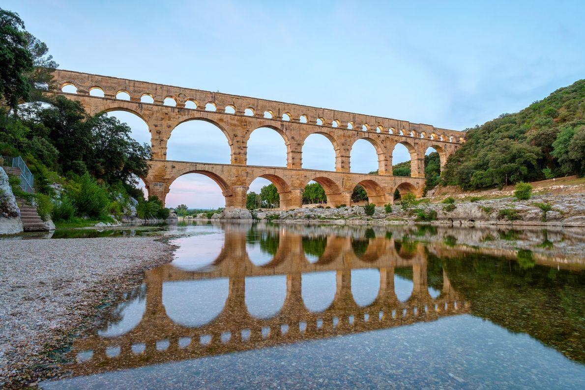 L'impressionnant Pont du Gard enjambe le Gardon, rivière située à mi-chemin entre Nîmes et Uzès. Cet ...