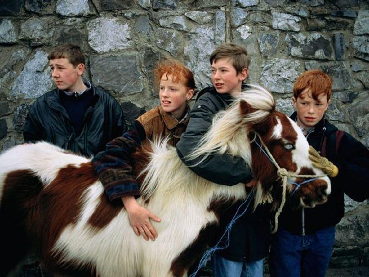 Des enfants avec un poney