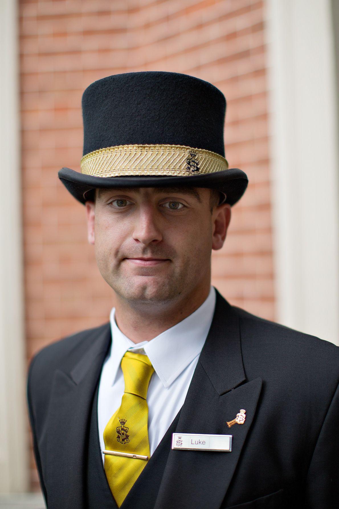 Un concierge pose à l'entrée de Shelbourne Hotel à coté de St. Stephen's Green.