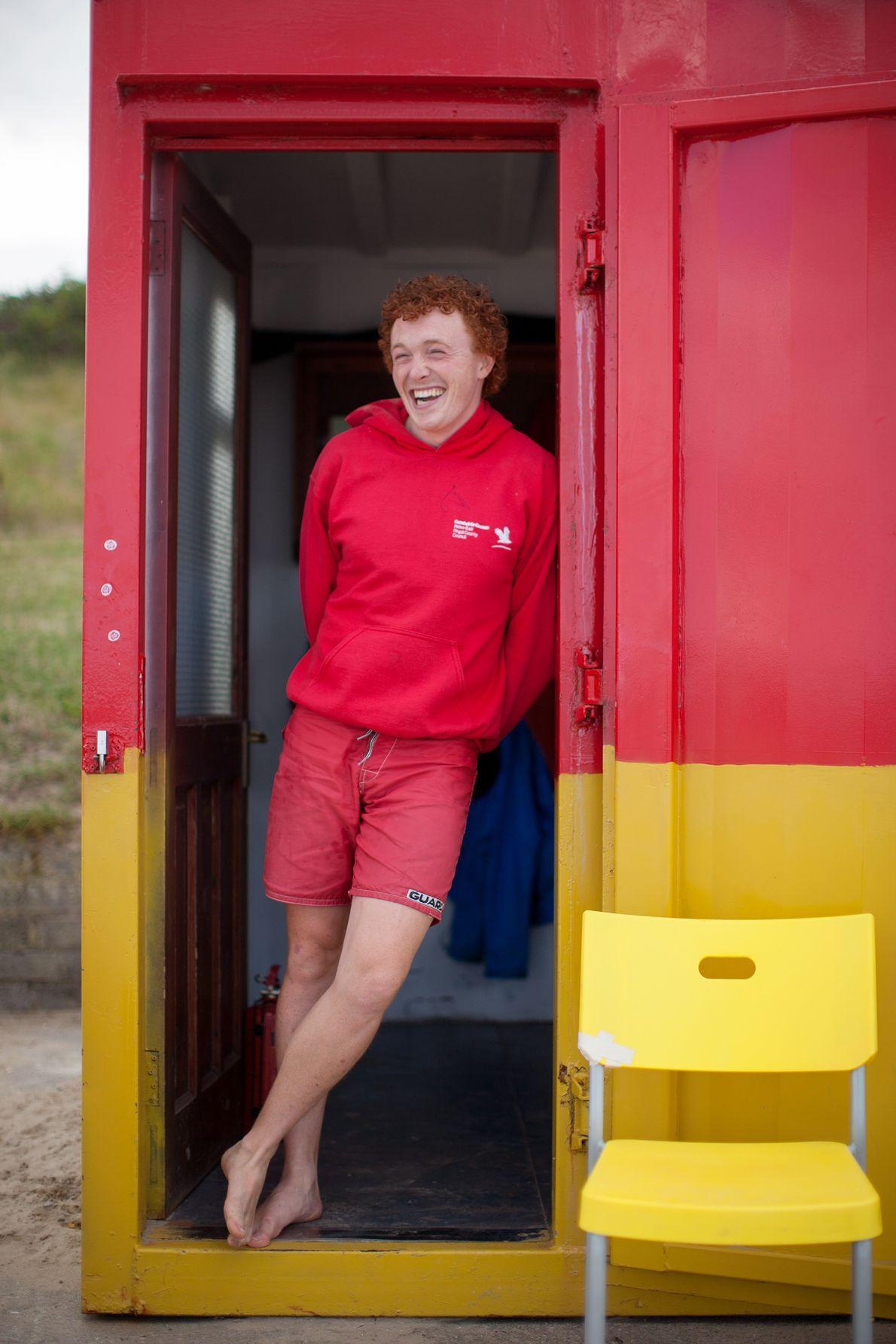 Un maître-nageur se tient debout contre une porte à la plage de Portmarnock, connue aussi sous ...