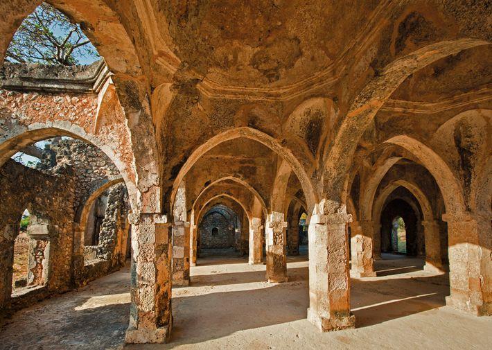 La salle de prière de la grande mosquée de Kilwa est construite en partie en pierre ...