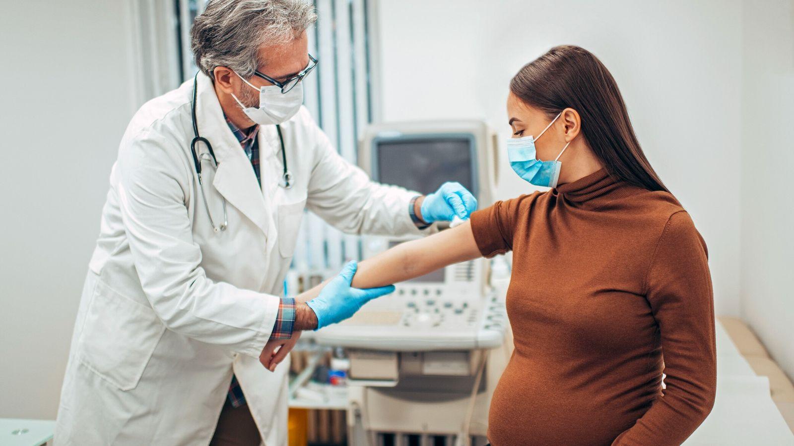 Traditionnellement exclues des essais cliniques, les femmes enceintes manquent souvent de données sur l'innocuité des vaccins ...