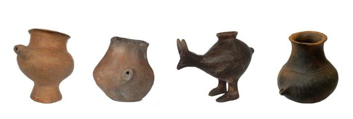 Biberons en céramiques, dont un en forme d'animal. Ces récipients ont fait leur apparition en Europe ...
