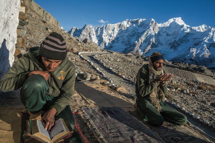 À Gora I, un chemin bien entretenu mène à une terrasse rocheuse dédiée à la prière. ...