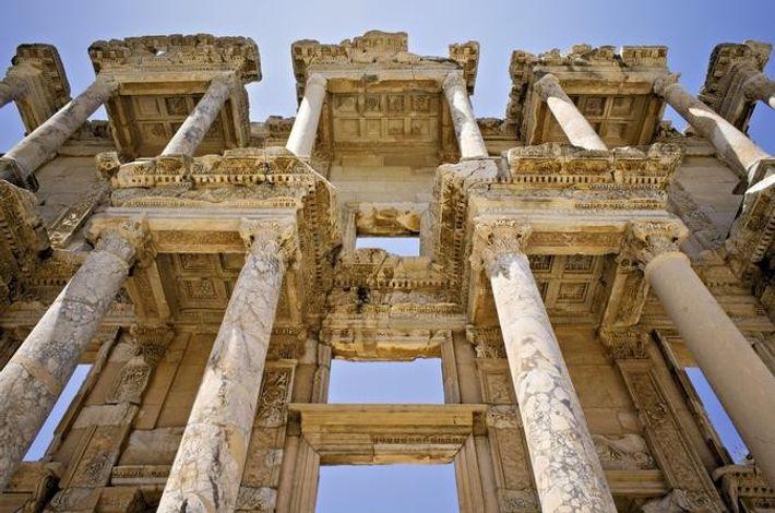 BIBLIOTHÈQUE DE CELSUS, À ÉPHÈSE - Dans le livre I de L'Enquête, Hérodote raconte que le ...