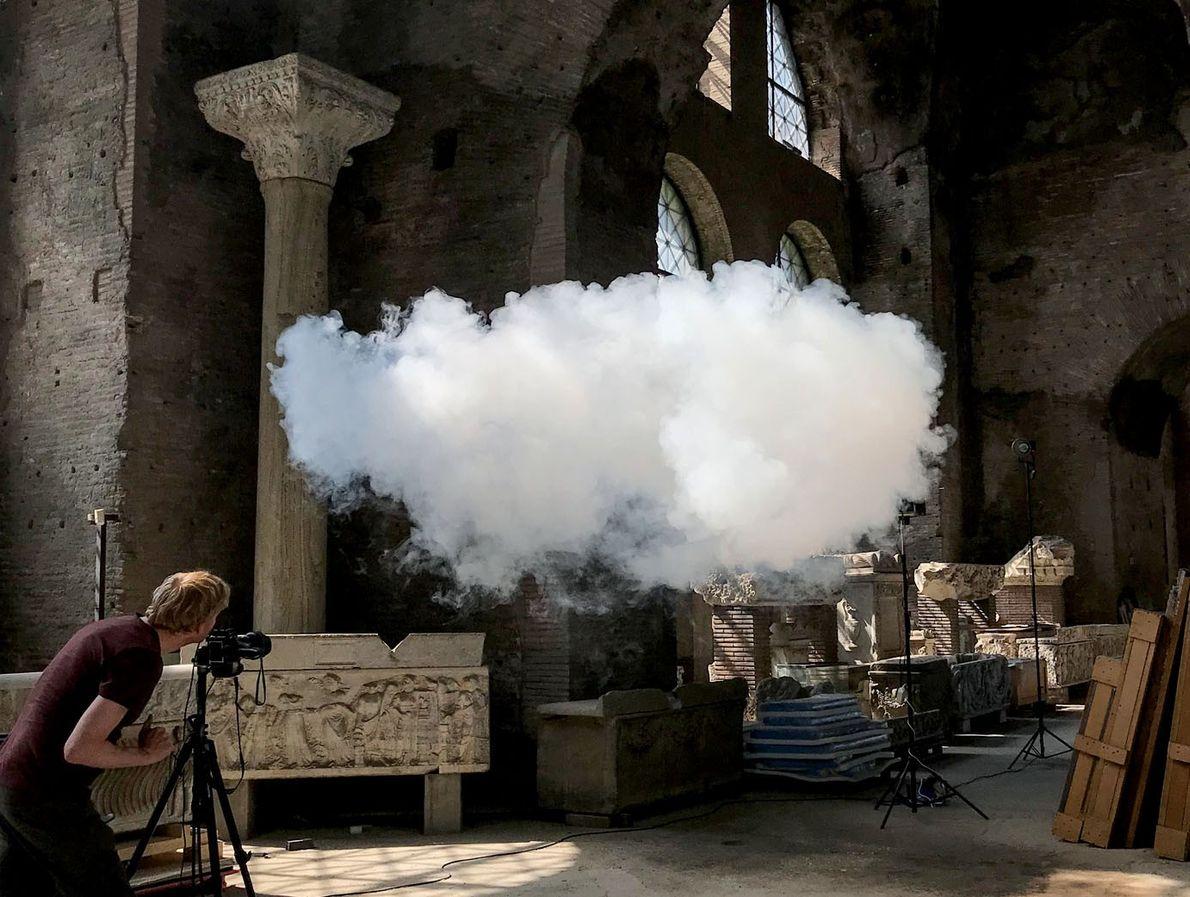 Le photographe Cassander Eeftinck Schattenkerk saisit l'image d'un nuage créé par Berndnaut Smilde dans les Thermes ...