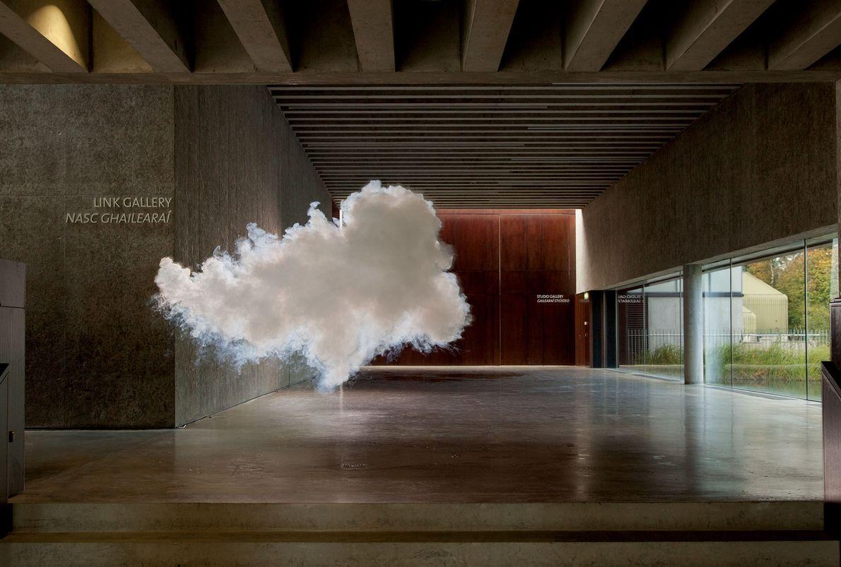 Un nuage bas semble hanter le centre des arts visuels de Carlow, en Irlande.