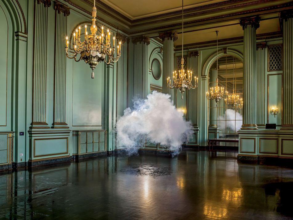 Cet artiste fait apparaître des nuages dans des lieux inattendus