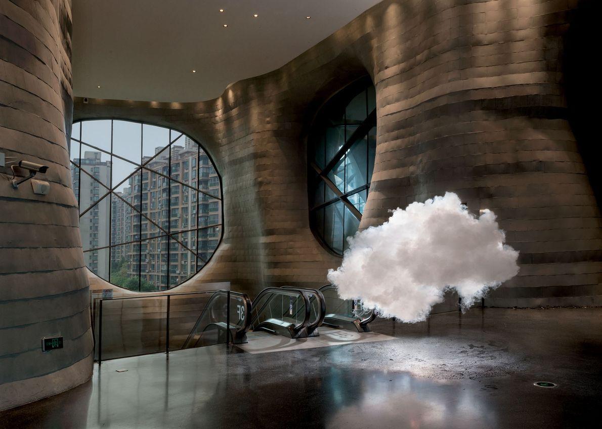 À l'aide de vaporisateurs d'eau et de machines à fumée, Berndnaut Smilde crée des nuages à ...