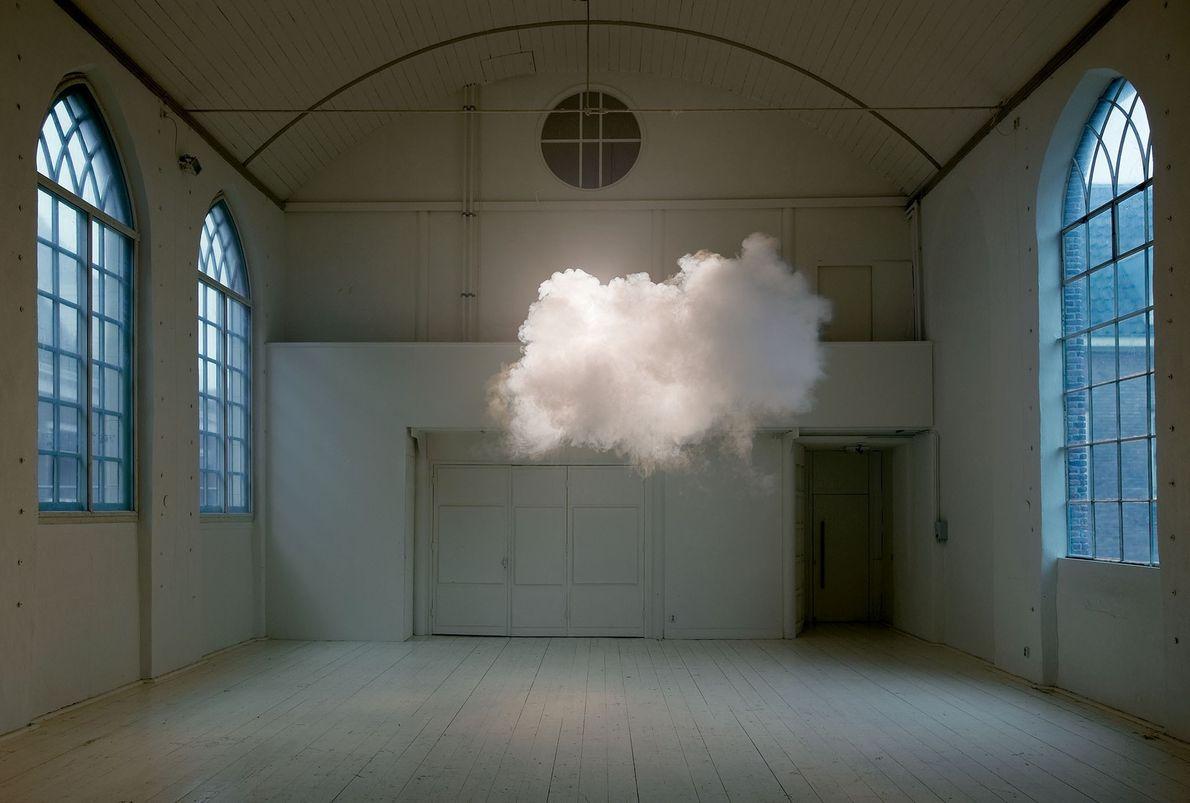 Un nuage léger flotte dans l'air de l'espace d'exposition de l'Hôtel Maria Kapel à Hoorn, aux ...