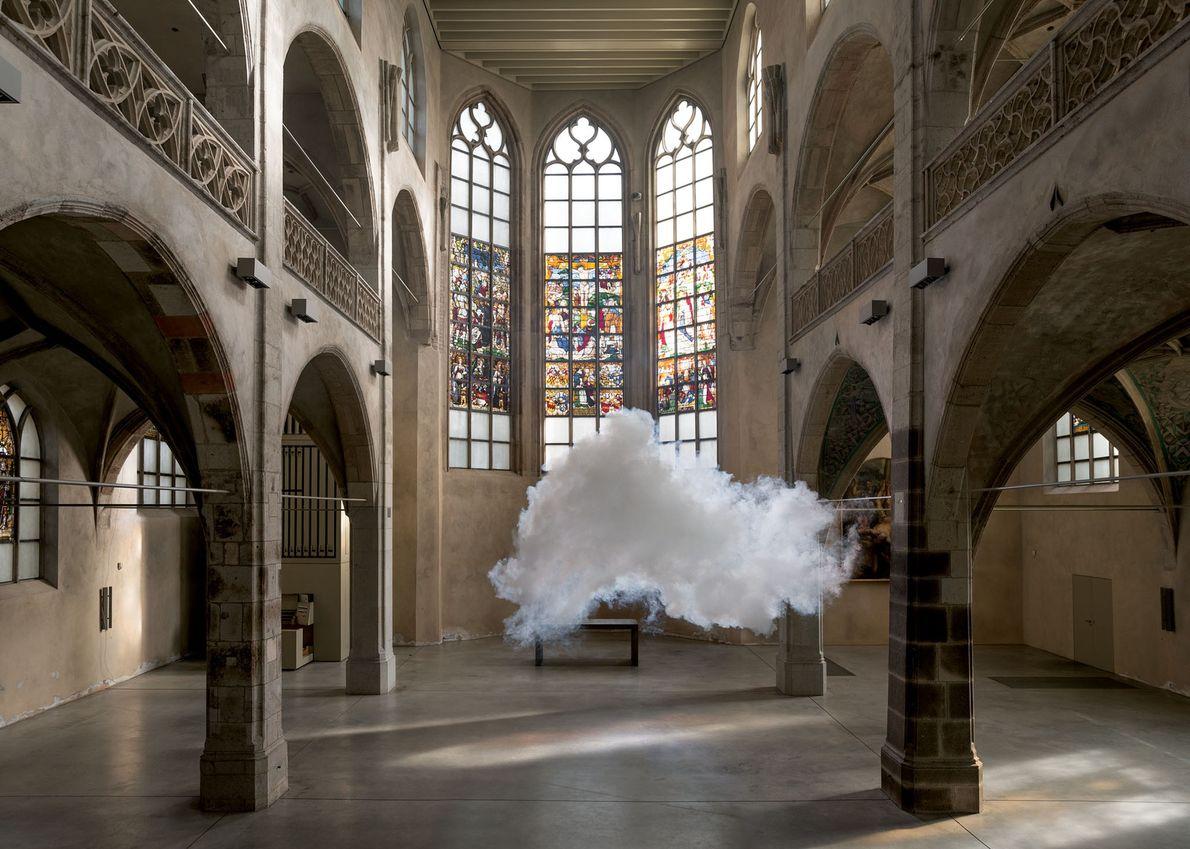 Un nuage flotte dans l'église Sankt Peter à Cologne, en Allemagne. L'édifice, de style gothique tardif, ...