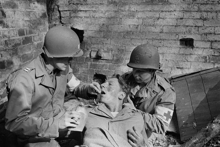 Pendant la Seconde Guerre mondiale, un médecin administre un sédatif à un soldat américain souffrant d'une ...