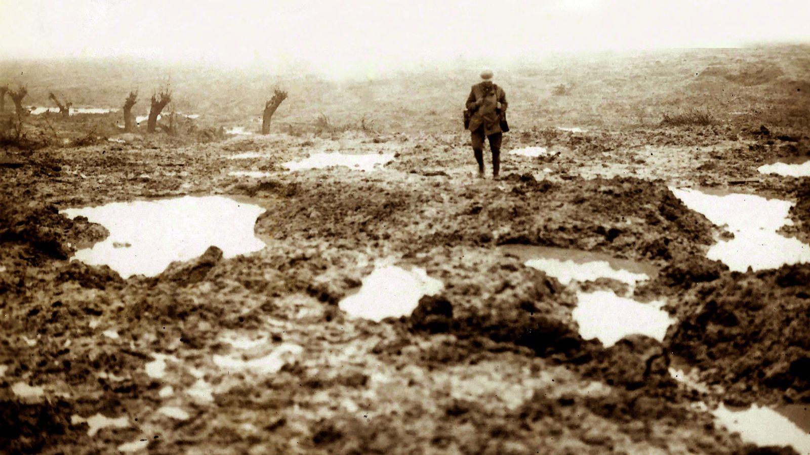 1917, un soldat canadien erre sur le champ de bataille de Passchendaele en Belgique. Après la ...